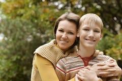 Madre con el hijo en parque del otoño Foto de archivo libre de regalías