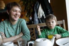 Madre con el hijo en restaurante Fotos de archivo libres de regalías