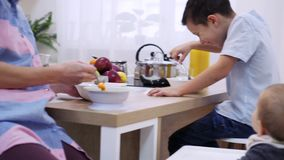 Madre con el hijo que desayuna metrajes