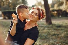 Madre con el hijo que juega en un parque del verano fotografía de archivo libre de regalías