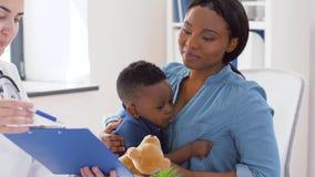Madre con el hijo y el doctor del bebé en la clínica metrajes