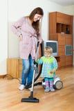 Madre con el hogar de la limpieza del bebé Foto de archivo
