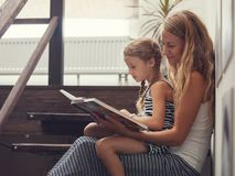 Madre con el libro de lectura del beb? imagenes de archivo