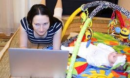 Madre con el niño en el ordenador fotos de archivo libres de regalías