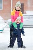 Madre con el niño en el paseo del invierno, emociones positivas, al aire libre Nevadas, ventisca Imagen de archivo