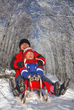 Madre con el niño en el trineo Imágenes de archivo libres de regalías
