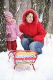 Madre con el niño en parque en el invierno 3 Imágenes de archivo libres de regalías