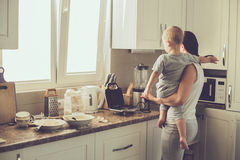 Madre con el niño que cocina junto Foto de archivo