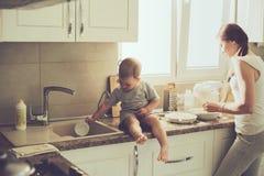 Madre con el niño que cocina junto Foto de archivo libre de regalías