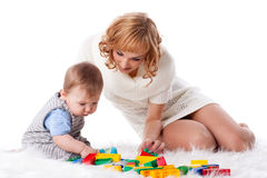Madre con el pequeño bebé. Imagenes de archivo