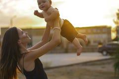 Madre con el pequeño hijo Imágenes de archivo libres de regalías