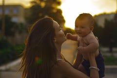Madre con el pequeño hijo Fotos de archivo libres de regalías