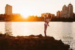 Madre con el pequeño niño en la puesta del sol Imágenes de archivo libres de regalías