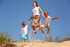 Madre con el salto de los niños Foto de archivo