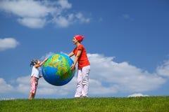 Madre con el soporte de la hija y la bola del asimiento Fotos de archivo libres de regalías