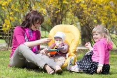 Madre con i bambini Immagine Stock
