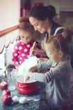 Madre con i bambini alla cucina Fotografie Stock Libere da Diritti