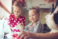 Madre con i bambini alla cucina Fotografia Stock Libera da Diritti