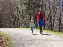Madre con i bambini che fanno un'escursione nella foresta fotografie stock libere da diritti