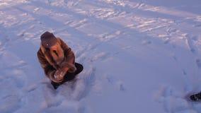Madre con i bambini che giocano le palle di neve archivi video