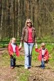 Madre con i bambini in natura Fotografie Stock Libere da Diritti