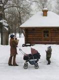 Madre con i bambini. neve fotografia stock