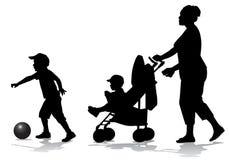 Madre con i bambini sulla camminata Immagini Stock