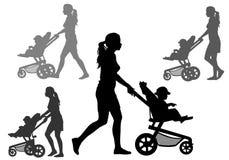 Madre con i bambini sulla camminata Fotografie Stock Libere da Diritti
