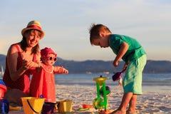 Madre con i bambini sulla vacanza tropicale della spiaggia Immagine Stock