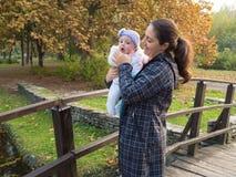 Madre con il bambino Fotografie Stock Libere da Diritti