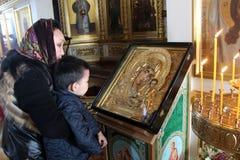 Madre con il bambino in chiesa Immagine Stock