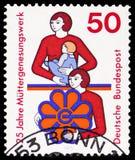 Madre con il bambino e l'emblema, organizzazione per il resto e ricupero del serie delle madri, circa 1975 fotografia stock libera da diritti
