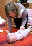 Madre con il bambino gridante immagine stock