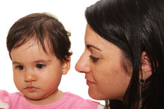 Madre con il bambino isolato su bianco fotografie stock