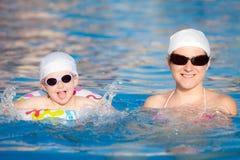 Madre con il bambino nella piscina fotografia stock