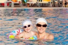Madre con il bambino nella piscina Immagine Stock Libera da Diritti