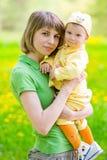 Madre con il bambino nella sosta fotografia stock libera da diritti