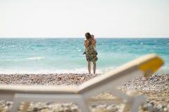 Madre con il bambino sulla spiaggia. Retrovisione Fotografie Stock Libere da Diritti