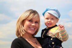 Madre con il bambino sulle mani Immagini Stock Libere da Diritti