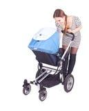 Madre con il buggy di bambino (passeggiatore) Immagine Stock