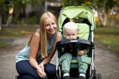 Madre con il figlio di due anni nel parco di estate Fotografie Stock