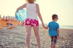 Madre con il figlio ed il beach ball Immagine Stock