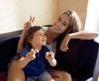 Madre con il figlio, famiglia felice a casa immagine stock