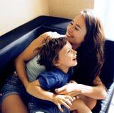 Madre con il figlio, stile di vita sorridente felice della famiglia a casa immagine stock libera da diritti