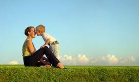 Madre con il figlio sul tramonto