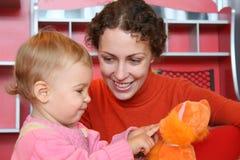 Madre con il gioco 2 del bambino Fotografie Stock