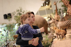 Madre con il museo di visita del figlio Fotografia Stock Libera da Diritti