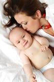 Madre con il piccolo neonato. Immagini Stock