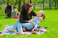 Madre con il riposo dei bambini Fotografie Stock