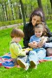 Madre con il riposo dei bambini Immagini Stock